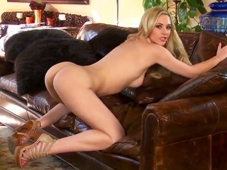Sophia Knight kills time dildoing her cooter since camera