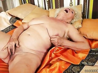 With well-built breasts reaches pleasure using humdrum but her fingers